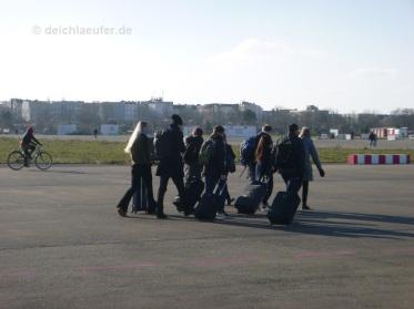 wohin des Weges über das komplette Tempelhofer Feld, nebst Rollköfferchen?