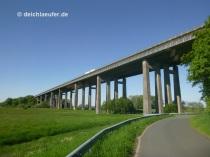 hinter der Brücke ...